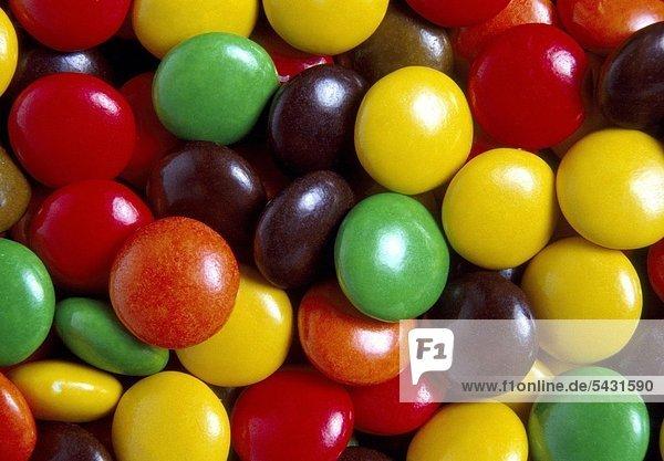 verschieden farbige Schokolinsen auf einem Haufen, verschieden farbige Schokolinsen auf einem Haufen