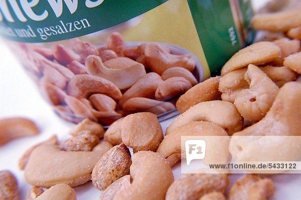 Gesalzene Nüsse ( Cashew und Erdnüsse ) vor einer Dose