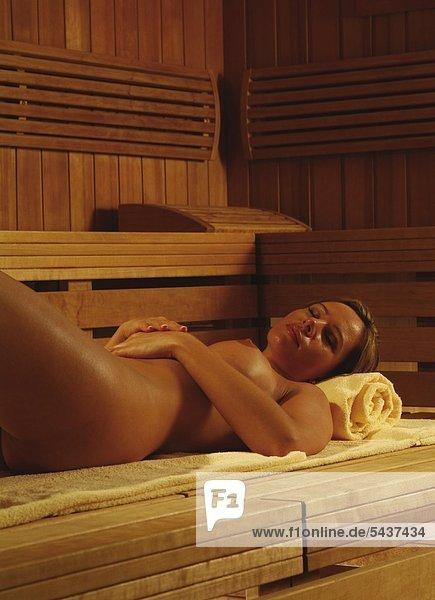 In sauna mädchen nackte Nackte Mädchen