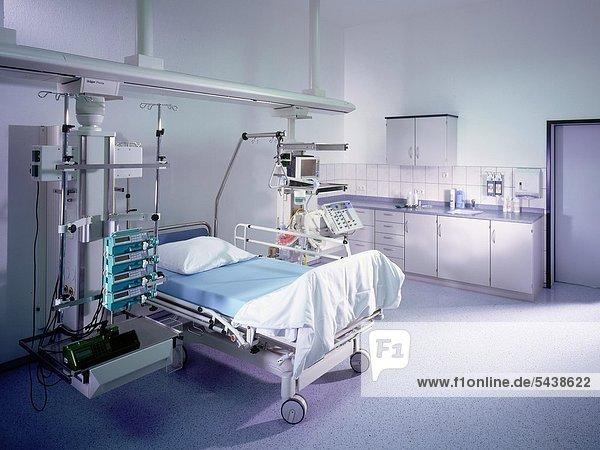 Stationsbett auf der Intensivstation in der Klinik Schmalkalden in Thüringen.