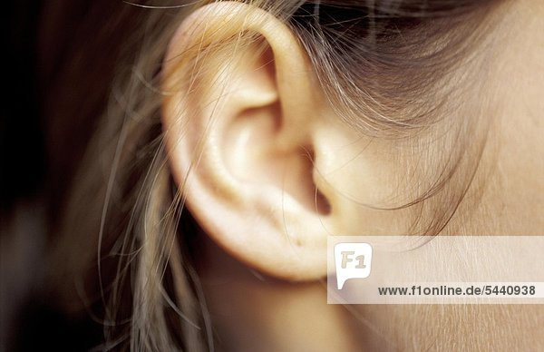 Nah Detail - ein Ohr von einer jungen Frau
