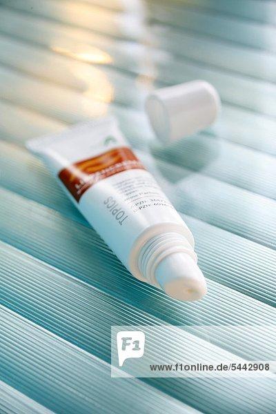 Schüßler-Salz - Creme - Lippencreme . Schüßler-Salze sind alternativmedizinische Präparate von Mineralsalzen in homöopathischer Dosierung (Potenzierung). Die Therapie mit ihnen basiert auf der Annahme  Krankheiten entstünden allgemein durch Störungen des Mineralhaushalts der Körperzellen und könnten durch homöopathische Gaben von Mineralien geheilt werden. Diese Annahmen sind wissenschaftlich nicht anerkannt  eine Wirksamkeit der Schüßler-Salze ist nicht nachgewiesen. Der homöopathische Arzt Wilhelm Heinrich Schüßler (1821-1898) veröffentlichte in der Allgemeinen Homöopathischen Zeitung 1873 den Artikel ''Eine abgekürzte Homöopathische Therapie''  in dem er eine Therapieform namens ''Biochemische Heilweise'' vorstellte. Seine Abkürzung bestand darin  dass er statt der etwa tausend Mittel in der Homöopathie nur zwölf Salze  ''Schüßler-Salze'' genannt  zur Therapie fast aller Krankheiten für ausreichend hielt.'