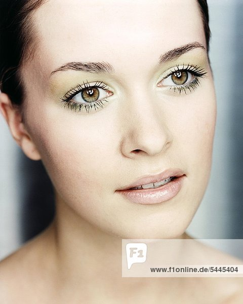 Beauty Frau with green-eyeds - makeup mouth