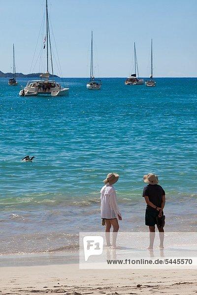 Wasserrand  Wasser  Frau  Mann  Strand  Übereinstimmung  Hut  waten  vertäut  Segelboot