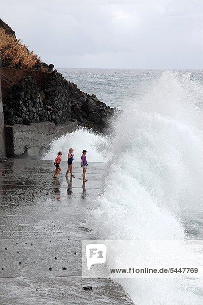 Europa ,Strand ,Spritzer ,Mädchen ,Spaß ,Madeira ,spielen ,Portugal