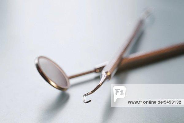 Zahntechnik: Mundspiegel und Sonde - dental tools : inspection-mirror and probe