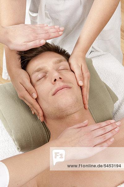 Junger Mann bei der Kopfmassage