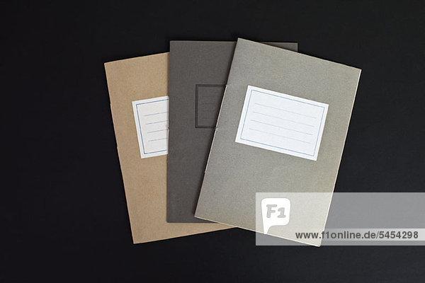 Drei leere Notizbücher