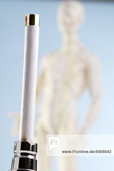 Moxibustion - Zigarre und Akupunkturpuppe