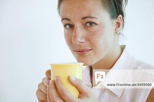 Frau hält eine Tasse  Portrait