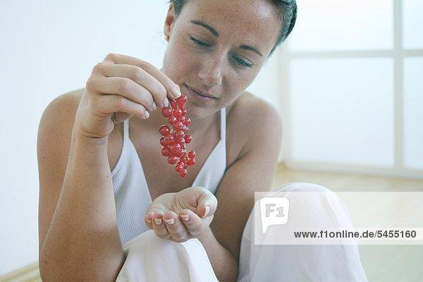 Junge Frau hält Beeren.