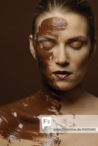 Naturkosmetik: Schokolade - Gesicht einer jungen Frau mund