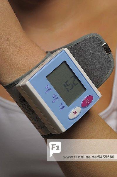 Pulsmessgerät am Handgelenk einer jungen Frau