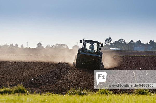 Landwirt mit Traktor bei der Feldarbeit  Dreieichenhain  Hessen  Deutschland  Europa