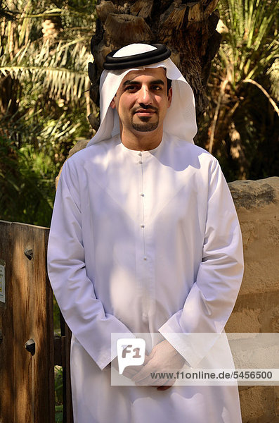 Local man wearing typical dishdasha  white robe  Abu Dhabi  United Arab Emirates  Arabian Peninsula  Asia