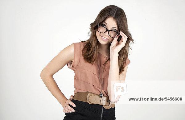 Junge lächelnde Frau mit Brille