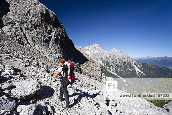 Wanderin beim Aufstieg zum Alpinisteig durch das Fischleintal oberhalb der Talschlusshütte  hinten die Dreischusterspitze  Hochpustertal  Sexten  Dolomiten  Südtirol  Italien  Europa