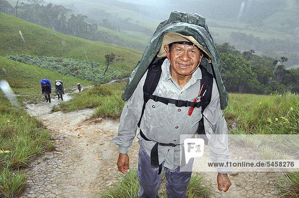 Bergsteiger bei anstrengender Bergtour im Regen  Tafelberg Roraima  Dreiländereck Brasilien-Venezuela-Guyana  Südamerika
