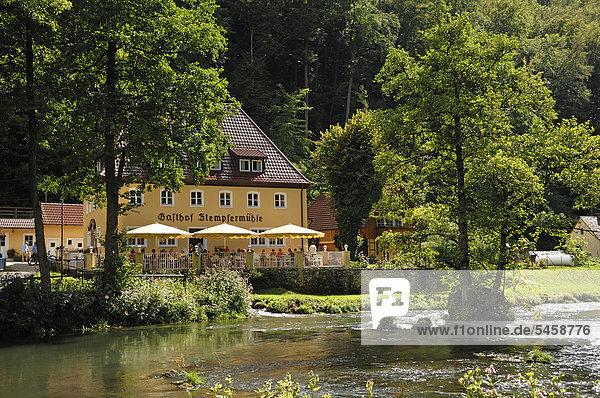 Blick auf den Gasthof Stempfermühle vorne der Fluss Wiesent  Behringersmühle 19  Gößweinstein  Oberfranken  Deutschland  Europa