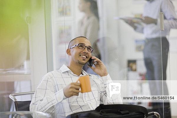 Handy  sprechen  Geschäftsmann