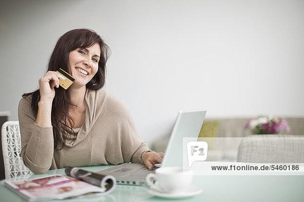 Ältere Frauen beim Online-Shopping