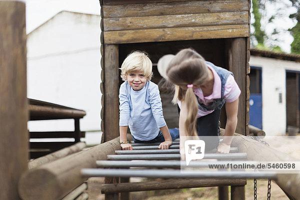 Kinder spielen auf Affenstangen