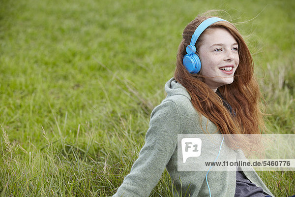 Teenage girl listening to headphones 38ja0013rf