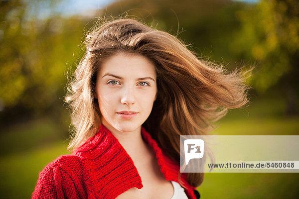 Teenage Girl's Haar weht im Wind