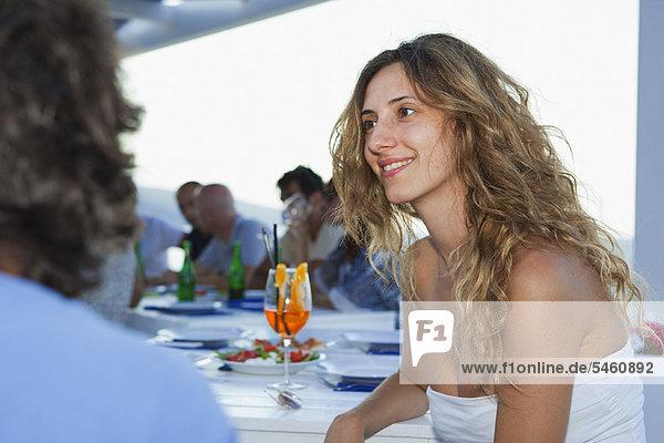 Frau  Freundschaft  lächeln  Tisch