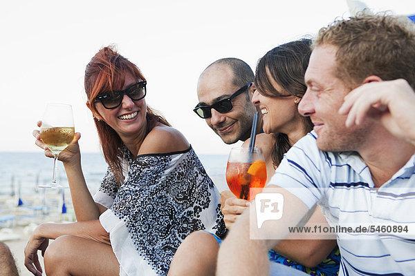Freunde beim gemeinsamen Trinken im Freien
