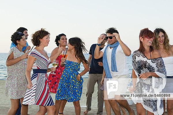 Zusammenhalt  Freundschaft  lachen  Strand