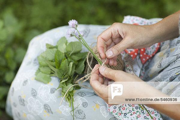Frau  Blume  Faden  Saite  binden