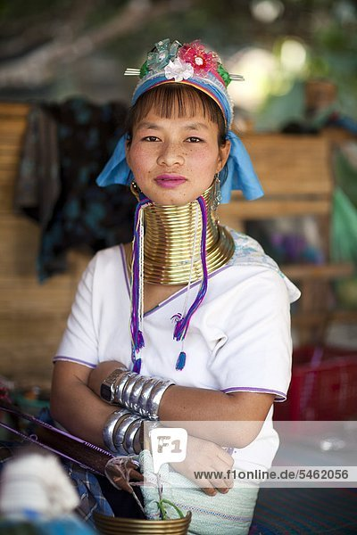 Junge Frau in traditioneller Kleidung  Porträt