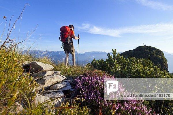 Frau beim Bergwandern am Schmittenstein  Salzburger Land  Österreich