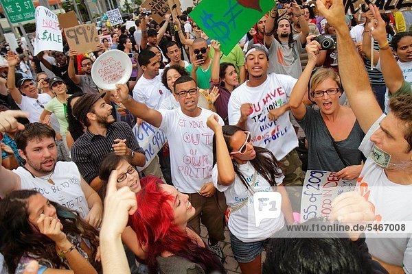 Frau  Mann  Hispanier  tanzen  halten  Rebellion  Zeichen  Nachricht  Poster  Student  Demonstration  Florida  Miami  Signal