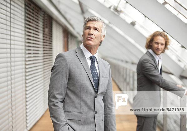 Zwei Männer stehen in Flur und schauen nach oben