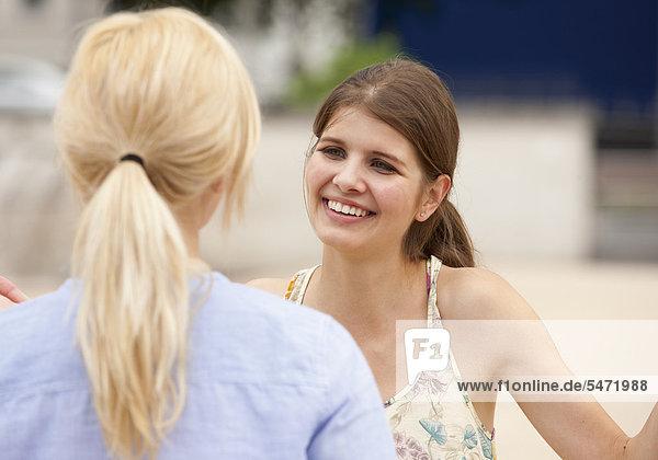 Zwei junge Frauen unterhalten sich
