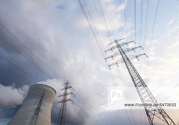 Kühlturm und Stromleitungen