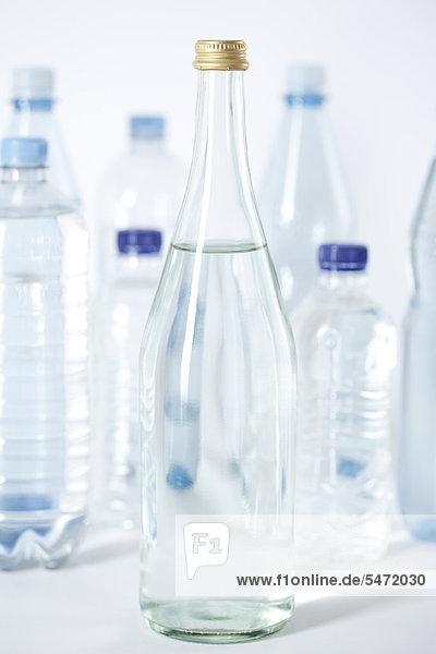 Glasflasche und Kunststoffflaschen