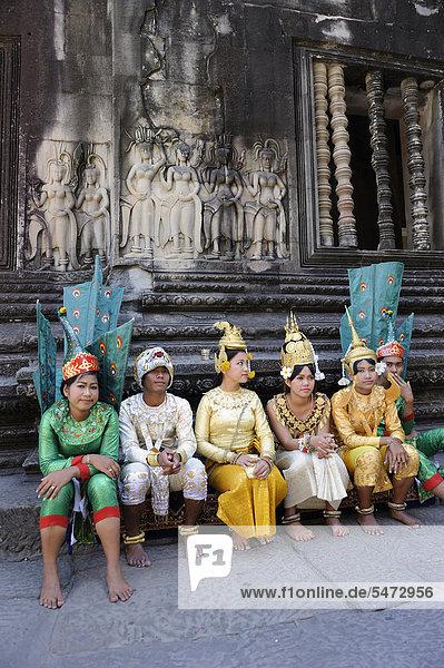 Khmer-Folkloregruppe mit Kleidung aus der hinduistischen Mythologie im Zentrum von Angkor Wat  Kambodscha  Südostasien  Asien