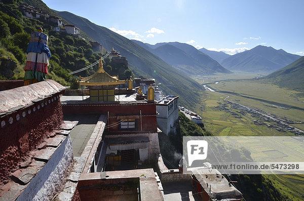 Tibetischer Buddhismus  goldene Dächer der Klosteranlage Kloster Drigung  Drigung Til  mit Blick ins darunter liegende tibetische Dorf  Meldro Gonkar  Bezirk Lhundrup  Zentraltibet  Himalaya  Tibet  China  Asien