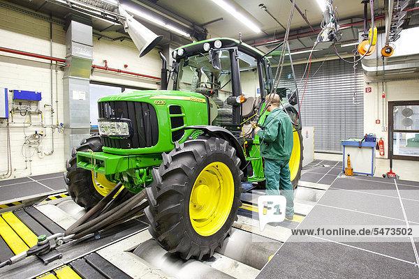 Einrichten der Prüfanlage im Prüfzentrum in der Traktoren-Produktion der Europazentrale des US-amerikanischen Landmaschinenherstellers John Deere  Deere & Company  Mannheim  Baden-Württemberg  Deutschland  Europa