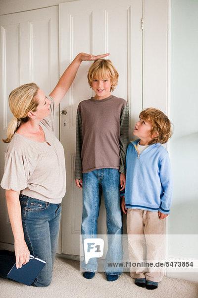 Mutter misst ihre Söhne zu Hause