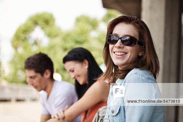 Junge Frau im Sonnenbrille Lächeln in die Kamera