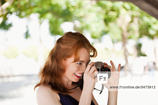 Junge Frau fotografieren außerhalb