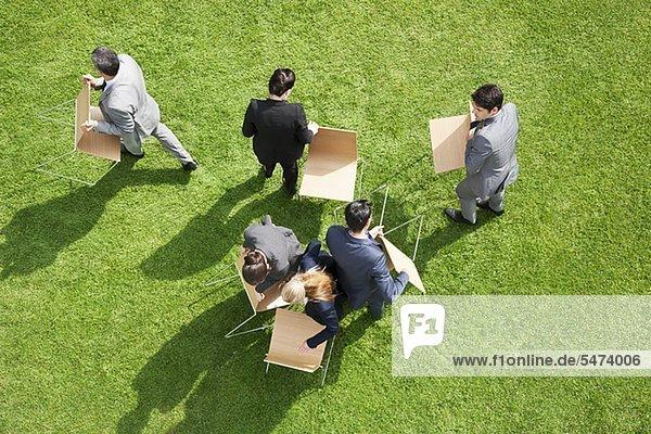 Außenaufnahme Mensch Menschen tragen Stuhl Business freie Natur