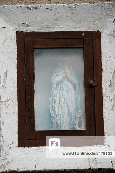 Jungfrau Maria  Madonna  Fernverkehrsstraße  Statue  Seitenansicht  Jesus Christus  Altar  Italien