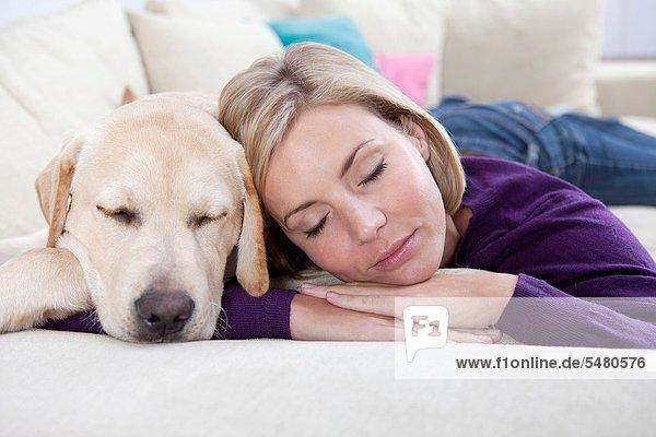 liegend  liegen  liegt  liegendes  liegender  liegende  daliegen  Frau  Couch  Hund  jung
