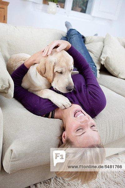 Frau  Couch  Hund  jung  spielen