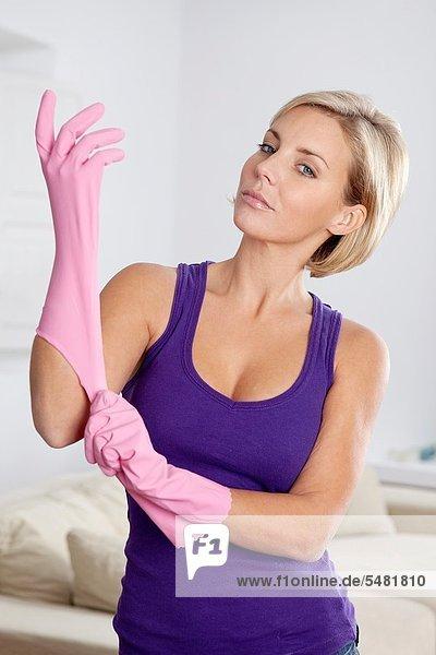 junge Frau junge Frauen Wohnhaus Start sauber